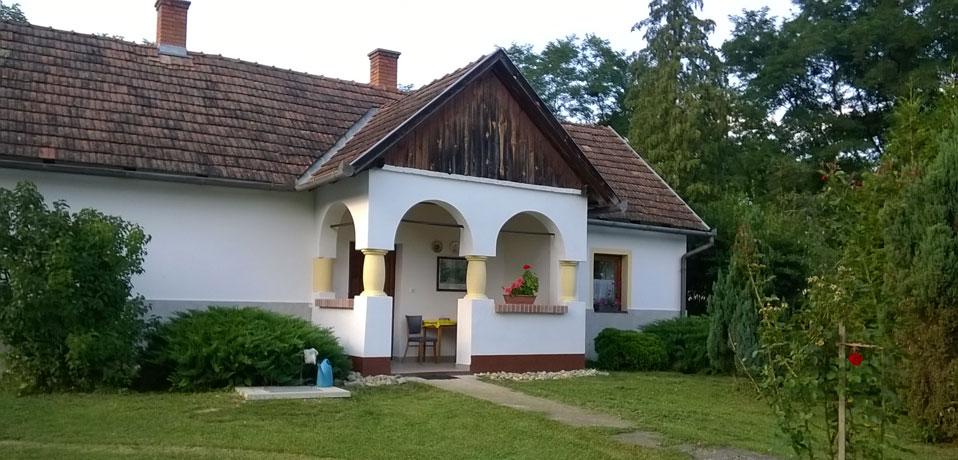 4a8e51401b Lugas Vendégházak kódisállásos háza Csörgőszeren.